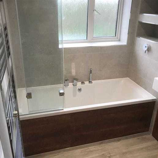 Bath with shower screen